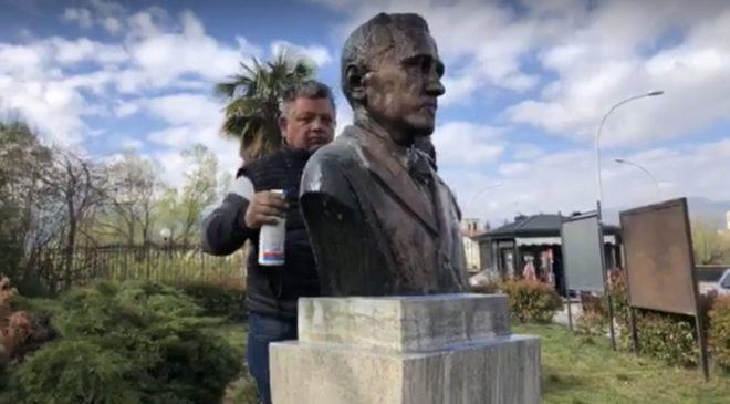 Busto di Capograssi danneggiato da pulizia improvvisata, sindaco: no al volontariato scollegato dalle istituzioni