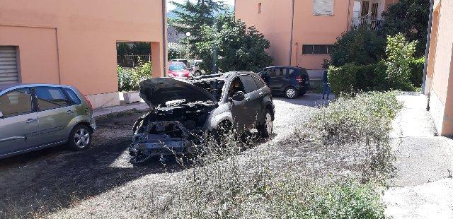 In fiamme l'auto di un giornalista
