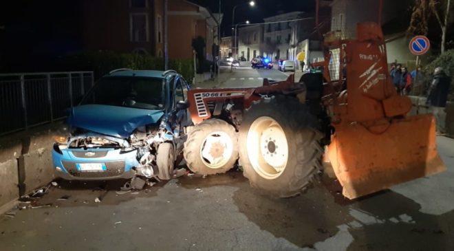 Trattore piomba su auto, violento scontro in città