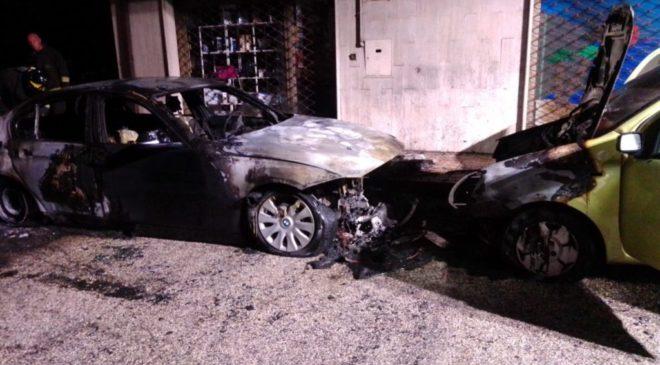 Due auto in fiamme su viale Costanza